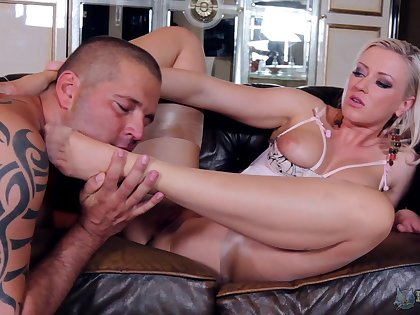Foot fetish tryout for the blonde with the big tits